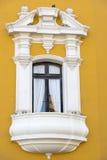 Balcon jaune et blanc colonial Photographie stock