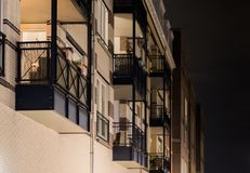 Balcon moderne d'appartement avec des cadres en métal en plan rapproché la nuit, fond néerlandais d'architecture image stock