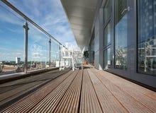 Balcon moderne d'appartement avec le Decking en bois image libre de droits