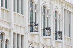 Balcon noir sur la construction blanche Photos libres de droits