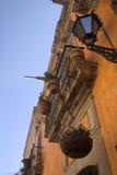 Balcon orange Queretaro Mexique de mur d'Adobe Photographie stock