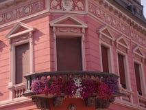 Balcon rose avec des fleurs photographie stock libre de droits