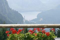 Balcon rouge avec le géranium Photographie stock libre de droits