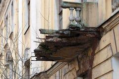 Balcon ruiné d'une maison de rapport Photographie stock libre de droits