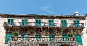 Balcon sur la vieille maison dans Kotor images libres de droits