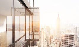 Balcon sur le fond ensoleillé de NY Photographie stock