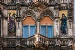 Balcone architettonico di un edificio pubblico a Budapest Fotografia Stock