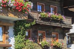 Balcone con i contenitori di fiore fotografie stock libere da diritti
