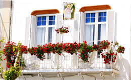 Balcone con i fiori conservati in vaso in Sitges Immagini Stock Libere da Diritti