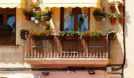 Balcone con i fiori conservati in vaso in Sitges Fotografia Stock Libera da Diritti