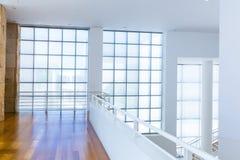 Balcone con il pavimento di legno contro la parete del blocco di vetro Fotografie Stock Libere da Diritti