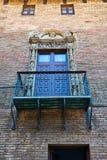 Balcone con l'inferriata decorata e la porta, Barcellona immagini stock