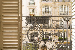 Balcone con l'inferriata e gli otturatori decorativi a Parigi, Francia Immagine Stock Libera da Diritti