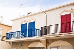 Balcone con la porta rossa e la porta blu Fotografia Stock Libera da Diritti