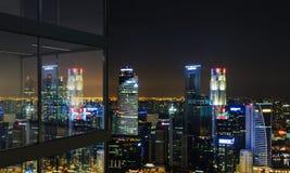 Balcone con la vista illuminata di Singapore Fotografia Stock