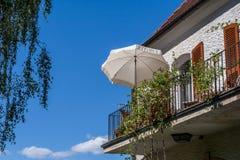 Balcone d'acciaio con il parasole bianco immagine stock libera da diritti