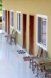 Balcone del motel con le sedie, le tavole e le stuoie di legno Fotografie Stock Libere da Diritti