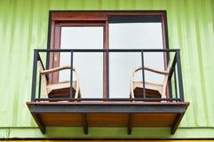 Balcone della casa del contenitore di carico. Fotografia Stock