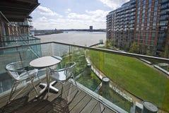 Balcone della riva del fiume con la mobilia del giardino Fotografia Stock Libera da Diritti