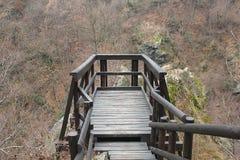 Balcone di legno davanti alle montagne Fotografia Stock