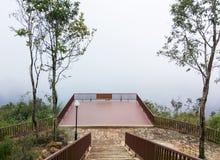 Balcone di legno del punto di vista con la nebbia pesante Fotografia Stock