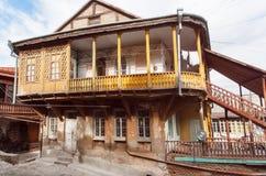 Balcone di legno di vecchio palazzo nell'area storica di capitale georgiana Tbilisi Immagini Stock Libere da Diritti