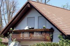 Balcone di legno sul pavimento della casa immagini stock