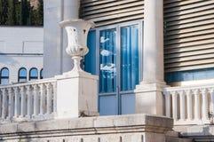 Balcone di marmo bianco antico con le colonne immagini stock libere da diritti