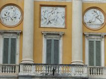 Balcone di un palazzo arancio antico con le decorazioni neoclassiche a Bergamo in Italia fotografia stock libera da diritti