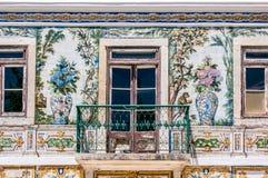 Balcone di una casa con tipico piastrellata del Portogallo Immagini Stock Libere da Diritti