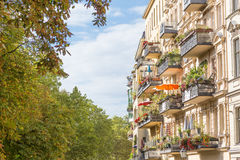 Balcone europeo tradizionale con i fiori variopinti ed i vasi da fiori Fotografie Stock Libere da Diritti