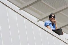 Balcone felice dell'ufficio di On Call In della donna di affari Fotografie Stock