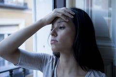 Balcone latino disperato della donna a casa che sembra depressione di sofferenza distrutta e diminuita Immagini Stock