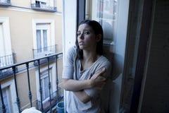Balcone latino disperato della donna a casa che sembra depressione di sofferenza distrutta e diminuita Fotografia Stock