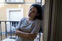 Balcone latino disperato della donna a casa che sembra depressione di sofferenza distrutta e diminuita Fotografia Stock Libera da Diritti