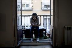 Balcone latino triste disperato della donna a casa che sembra depressione di sofferenza devastante e diminuita Fotografie Stock