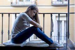 Balcone latino triste disperato della donna a casa che sembra depressione di sofferenza devastante e diminuita Immagine Stock Libera da Diritti