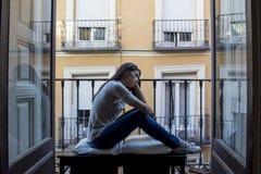 Balcone latino triste disperato della donna a casa che sembra depressione di sofferenza devastante e diminuita Immagini Stock Libere da Diritti
