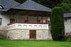 Balcone piacevole con i fiori - monastero di Putna Fotografia Stock