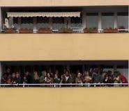 Balcone in pieno della gente Fotografia Stock Libera da Diritti