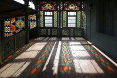 Balcone scolpito di legno nello stile georgiano tradizionale con le finestre di vetro macchiato fotografia stock libera da diritti