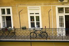 Balcone spazioso aperto dell'edificio residenziale di palazzo multipiano, decorato con i fiori fotografie stock