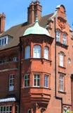Balcone in un palazzo britannico del mattone rosso Fotografia Stock