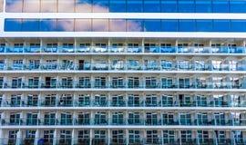 Balcones bajo Windows fotografía de archivo