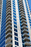 Balcones blancos que suben encima de torre azul y blanca Fotografía de archivo