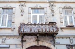 Balcones clásicos retros del labrado-hierro del viejo vintage del metal con los modelos del color en un edificio de ladrillo viej Foto de archivo