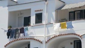 Balcones de apartamentos vecinos en la casa residencial, sequedad del lavadero en viento almacen de metraje de vídeo