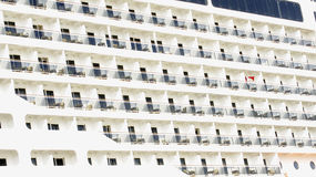 Balcones de la fachada y ventanas de un revestimiento marino Imagen de archivo