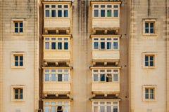 Balcones de madera cerrados tradicionales de la ciudad de La Valeta en Malta imagen de archivo