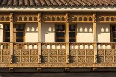 Balcones de madera rústicos coloniales en Cusco, Perú imagenes de archivo